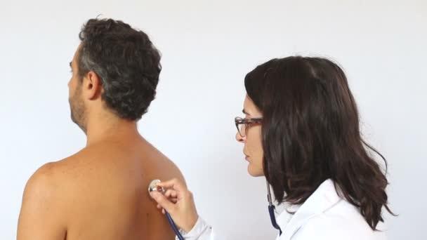 Ženský lékař kontroly kašle pacienta