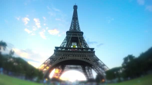 Eiffelova věž při západu slunce