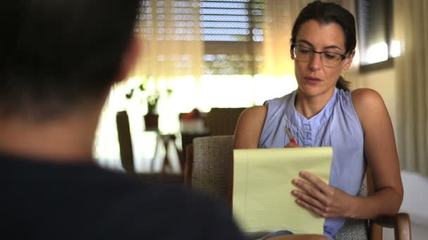 Psycholog, poslech a psaní poznámek na zasedání
