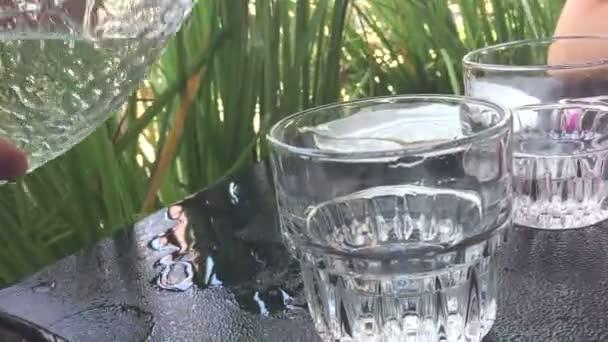 vylévání vody z láhve do skla
