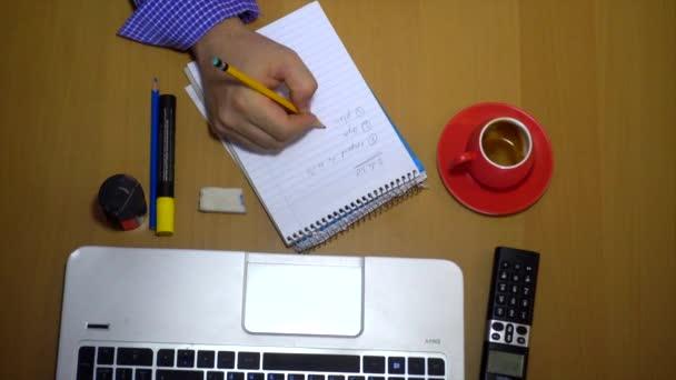 Felülnézet ember írni, asztali, laptop és notebook