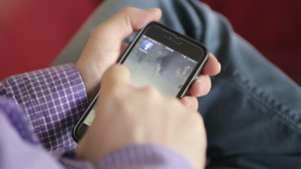 Přihlaste se do Facebooku na mobilním telefonu