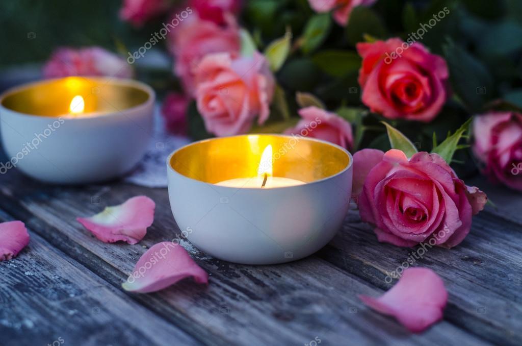 Brennende Kerzen, Rosa Rosen Auf Einem Holztisch U2014 Stockfoto