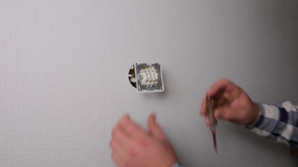 Elektrikář je kontrolován s indikátorem nebo je vypínač napájen
