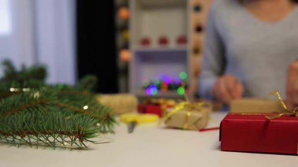 Schöne Frauen bereiten Weihnachtsgeschenke vor. Ferien- und Weihnachtskonzept. Verpackte Weihnachtsgeschenke.