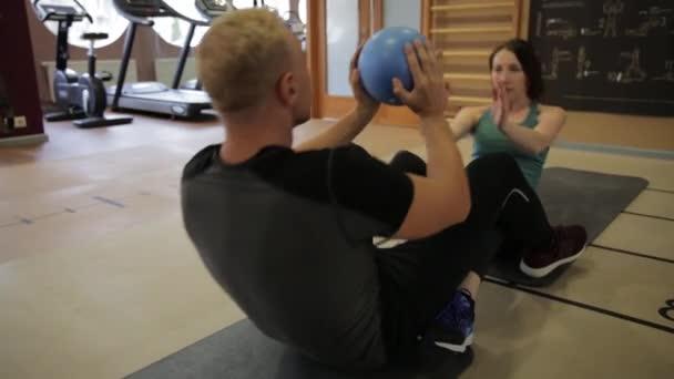 Fitnessparker in Sportbekleidung bei Übungen im Fitnessstudio. Fitnessstudio-Konzept. ABS-Ausbildung