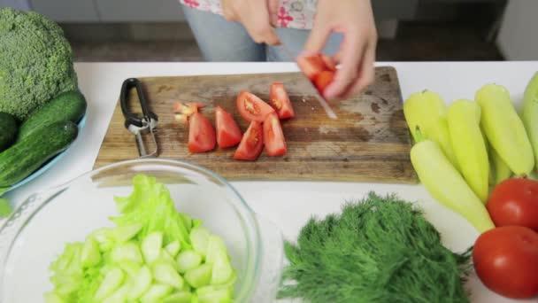 Frau bereitet leckeres und gesundes Essen in der heimischen Küche zu. Gesunde Ernährung