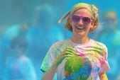 Šťastná žena na poslední modré stanici v barevném běhu tropicolor ffline