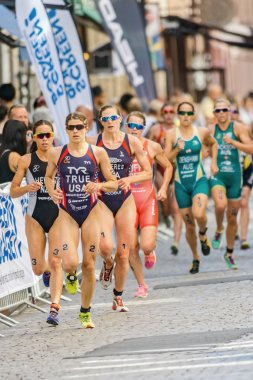 Leading group of runners with Sarah True (USA) in front of the r