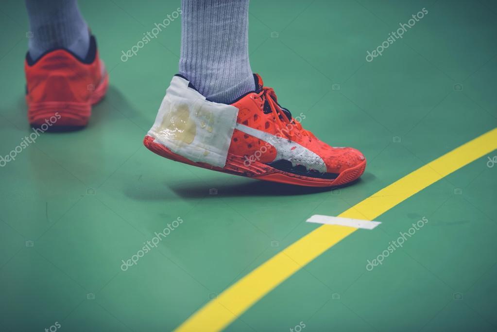 Chaussure avec de la colle à handball la main lors du match de handball à entre 178075