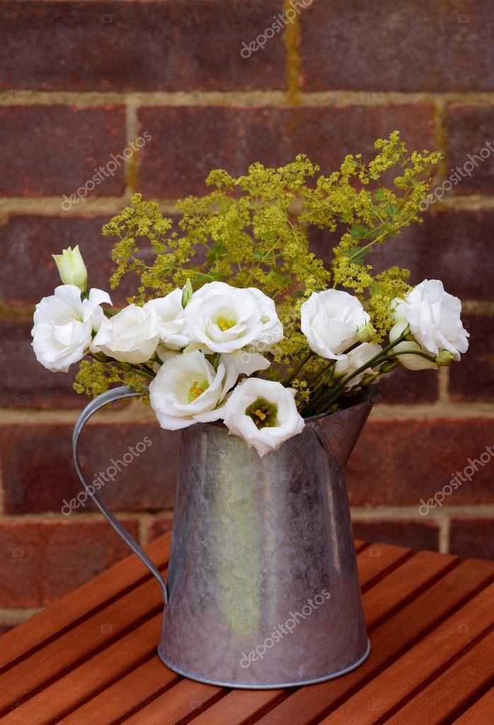 Blumenarrangement von weißen Prärie Enziane in einen Vintage Krug ...