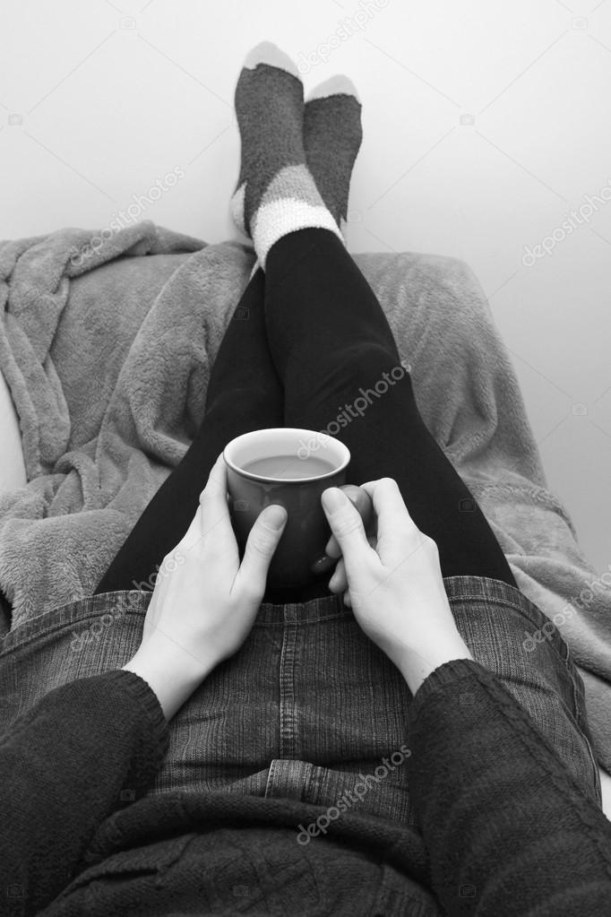 Женщина на диване ноги наверх — 15