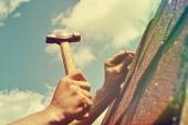 Arbeiter Hände mit Hammer, Dach reparieren