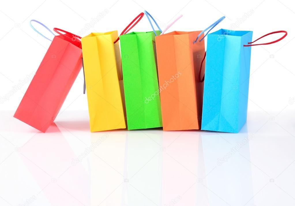 2d0bfa4b81 Compra venta colorido papel bolsas primer plano sobre un fondo blanco -  fondo  compras sin — Foto de ...