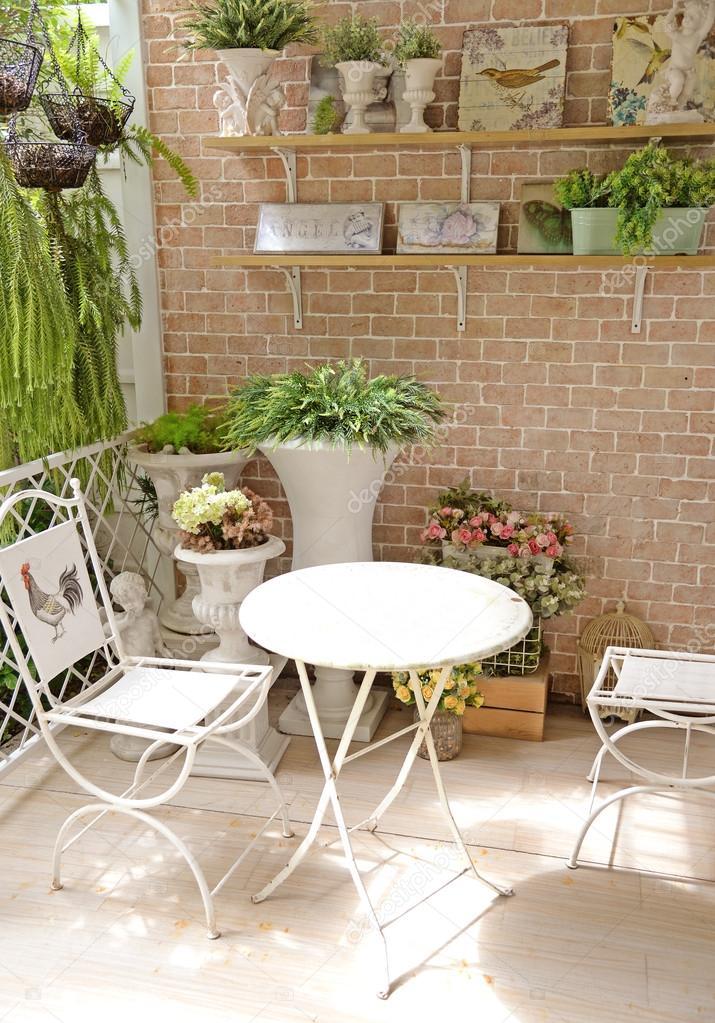 Taras Lub Balkon Z Mały Stolik Krzesło I Kwiaty Zdjęcie