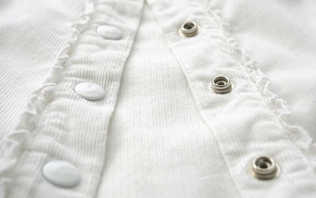 dcd3ec01fe5b Μεταλλικά κουμπιά στο άσπρο πουκάμισο από κοντά — Φωτογραφία Αρχείου ...