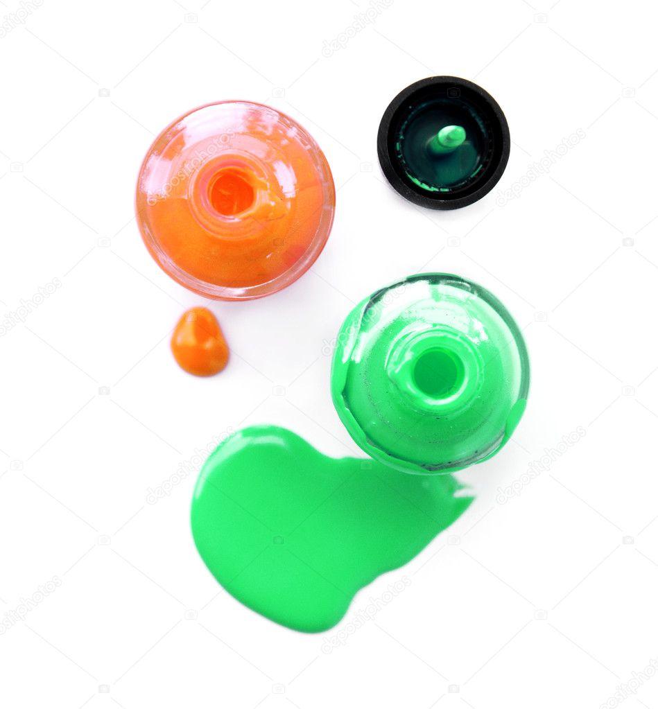 Vista superior de esmalte de uñas verde y naranja sobre fondo blanco ...