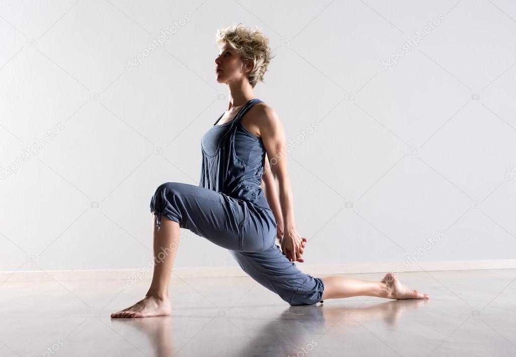 Frau, dehnen, Beine und Schultermuskulatur — Stockfoto ...