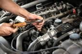 Fotografie Mechanik užívající klíč a socket