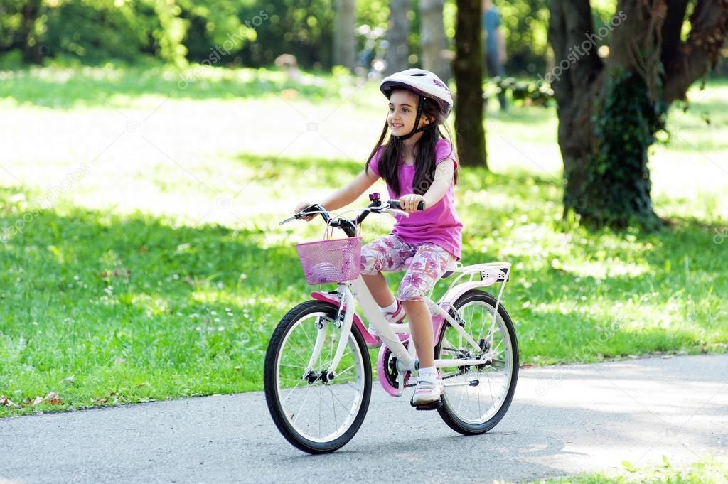 Imagen De Niña Andando En Bicicleta: Niña Montando Su Bicicleta En Un Parque