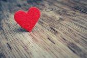 Červené srdce na dřevěné pozadí