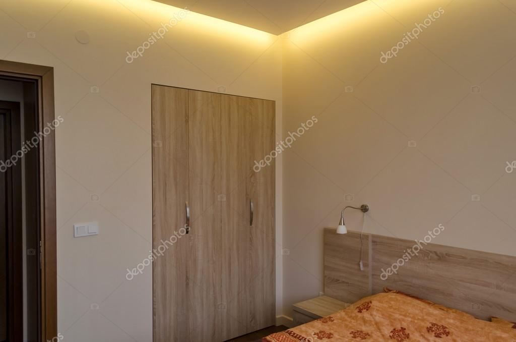 Tv aan plafond slaapkamer heerlijk wandpaneel in white wash met