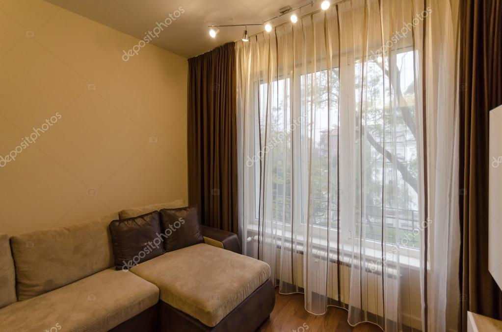 Fragment van woonkamer in verse gerenoveerd appartement met moderne ...