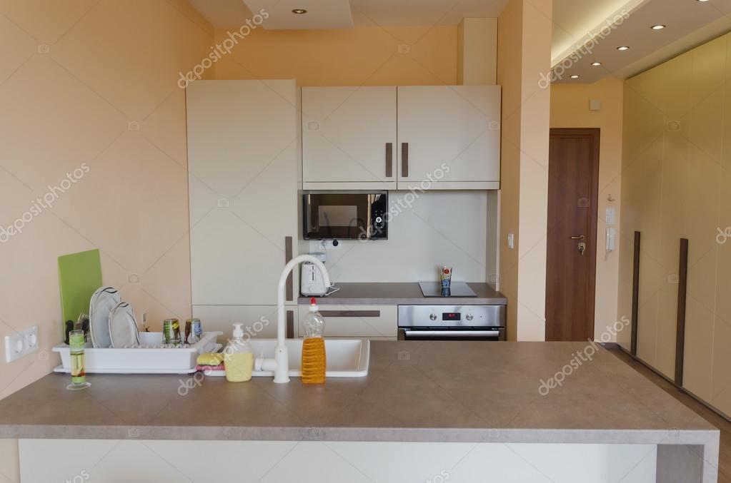 Keuken vak in kleine woonkamer met moderne led verlichting