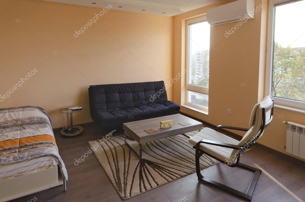 Salone moderno con angolo per il riposo e lavoro con moderna