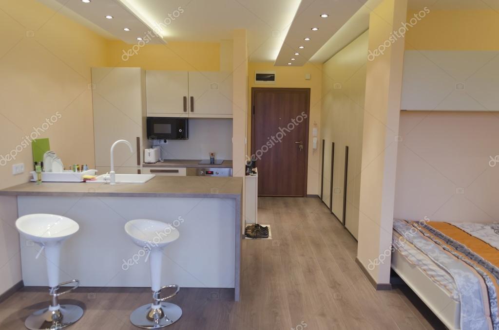 Moderno salón con cocina americana con moderna iluminación Led ...