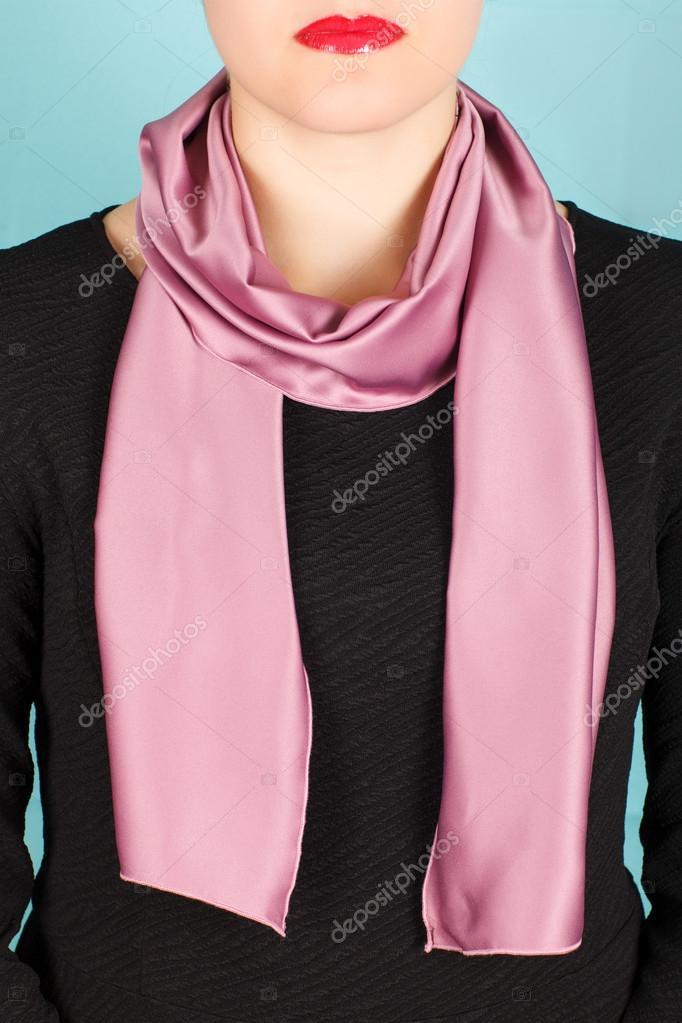 dc59d33e054 Hedvábný šátek. Růžový hedvábný šátek kolem krku izolovaných na bílém  pozadí– stock obrázky