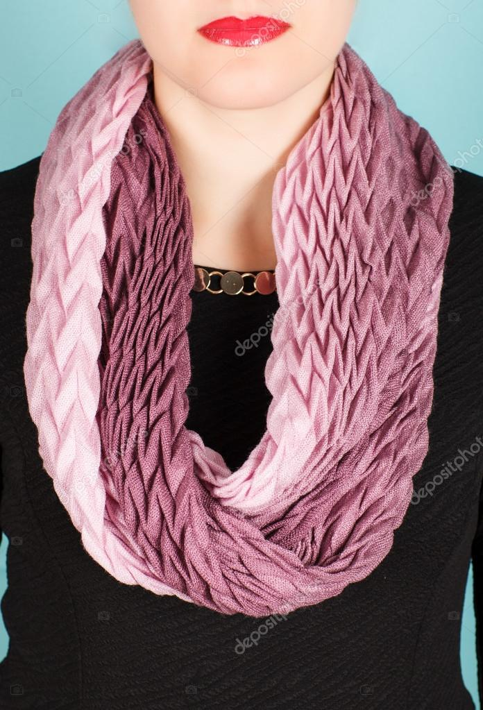 95e8c840b5a Hedvábný šátek. Růžový hedvábný šátek kolem krku