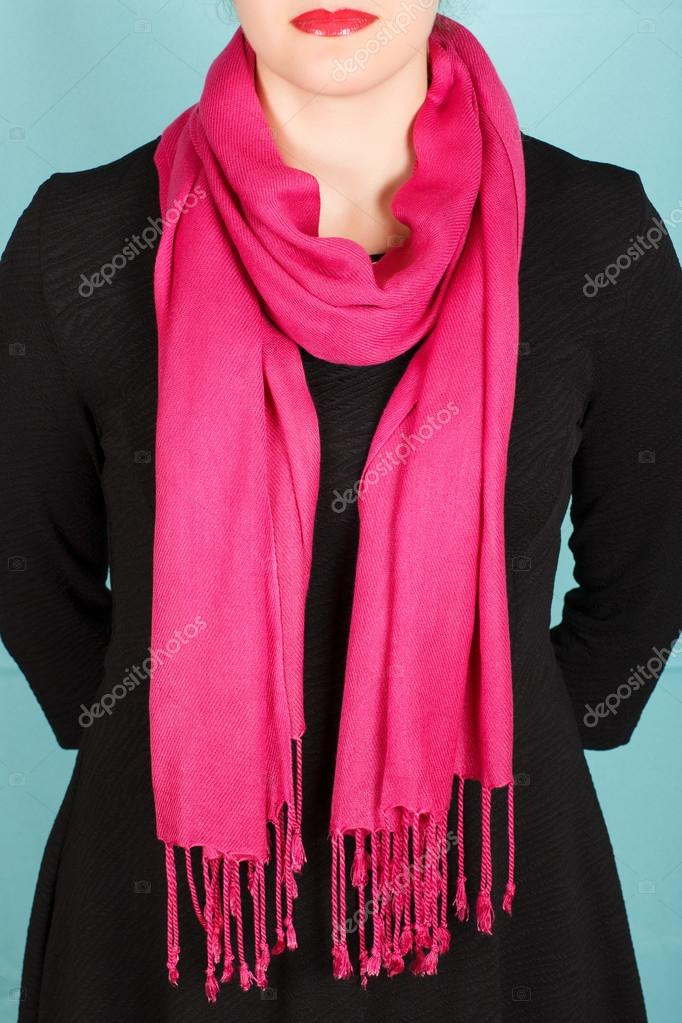 203d7bf0015 Foulard en soie. Foulard en soie rose autour de son cou isolé sur fond  bleu– images de stock libres de droits