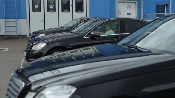 Minsk, Bělorusko - 17. září 2020: Luxusní černá mercedesová auta stejného modelu jedoucí stejnou rychlostí a stejnou vzdáleností podél předváděcího stanoviště