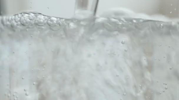 Trinkwasser poriert ins Glas