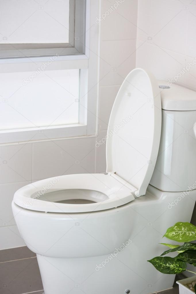Nettoyer des toilettes elegant soucieuses de la propret - Enlever tartre wc bicarbonate ...
