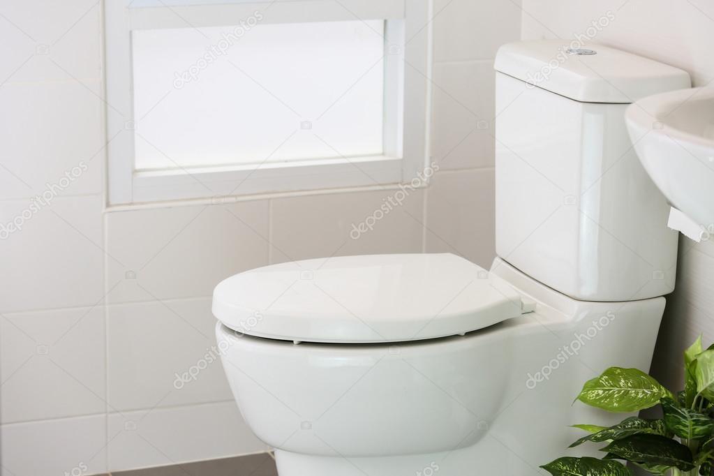 Weiße Toilette im modernen Zuhause, weiße WC-Schüssel im ...