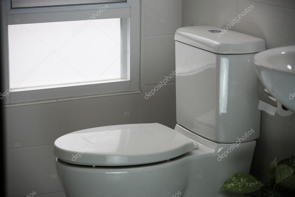 Modernes Wc wc blanc dans la cuvette des toilettes modernes de maison blanc en