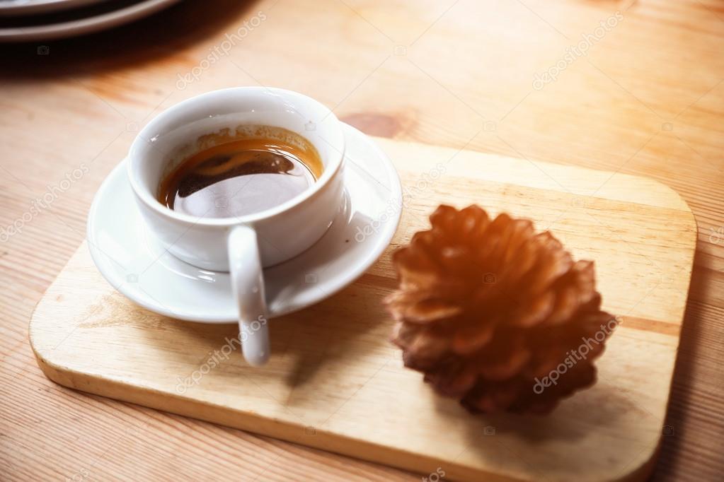 Café noir ou expresso dans une tasse blanche en café pause café