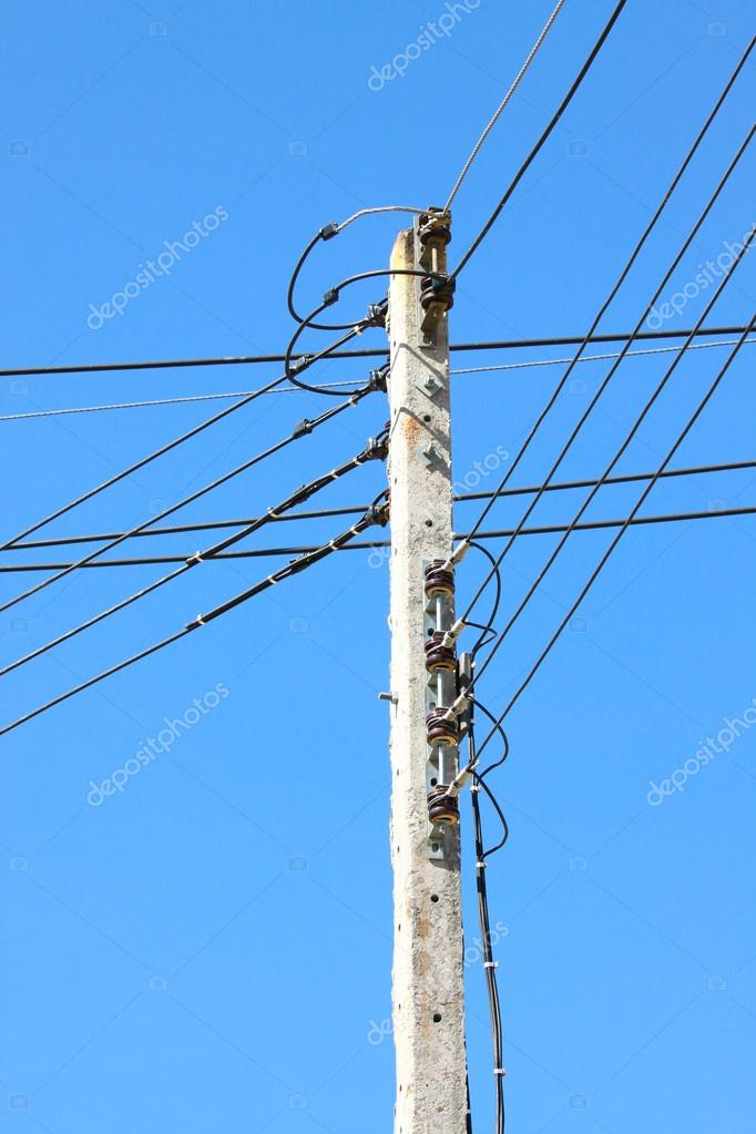 Elektrik kablo kutup. kaotik pole ve mavi gökyüzü arka plan üzerinde ...
