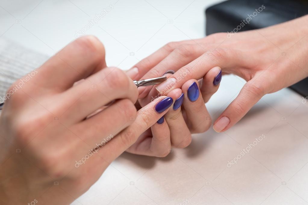 Manicurista, retirar la cutícula con el empujador metálico — Foto de ...