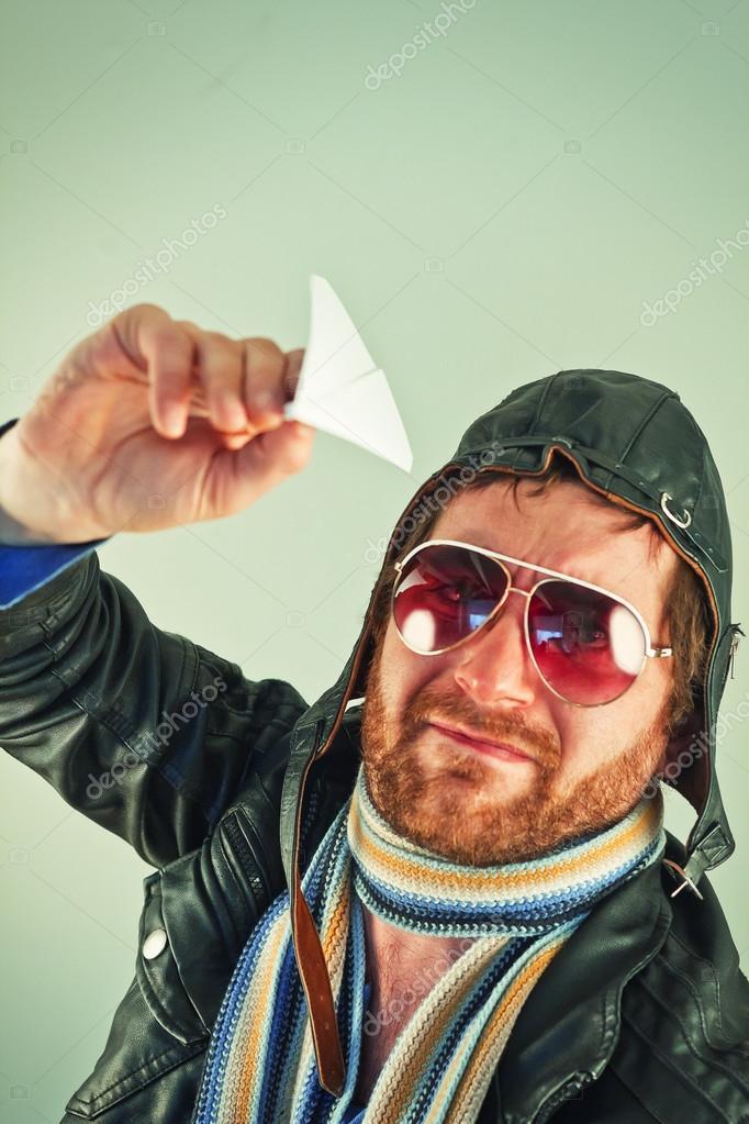 699bb0c72 Piloto aviador com chapéu e óculos de sol joga com aviões de papel — Foto de  ...