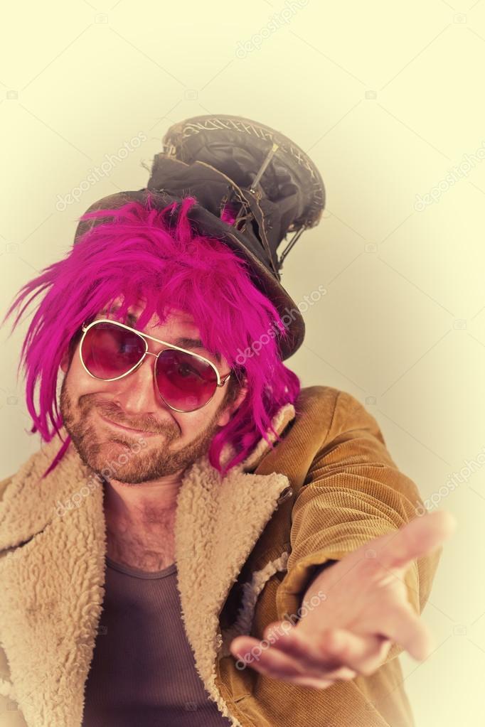 4191cb5b9 Vagabundo barbudo de cabelos rosa homem lunático com óculos de sol legais —  Foto de ...