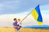 apa és fia ukrán zászló integet a búzamező
