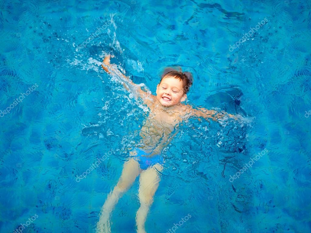 Bambino sveglio nuoto in piscina vista dall 39 alto del - Nuoto in piscina ...