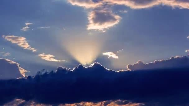 csodálatos filmszerű timelapse naplemente a felhők