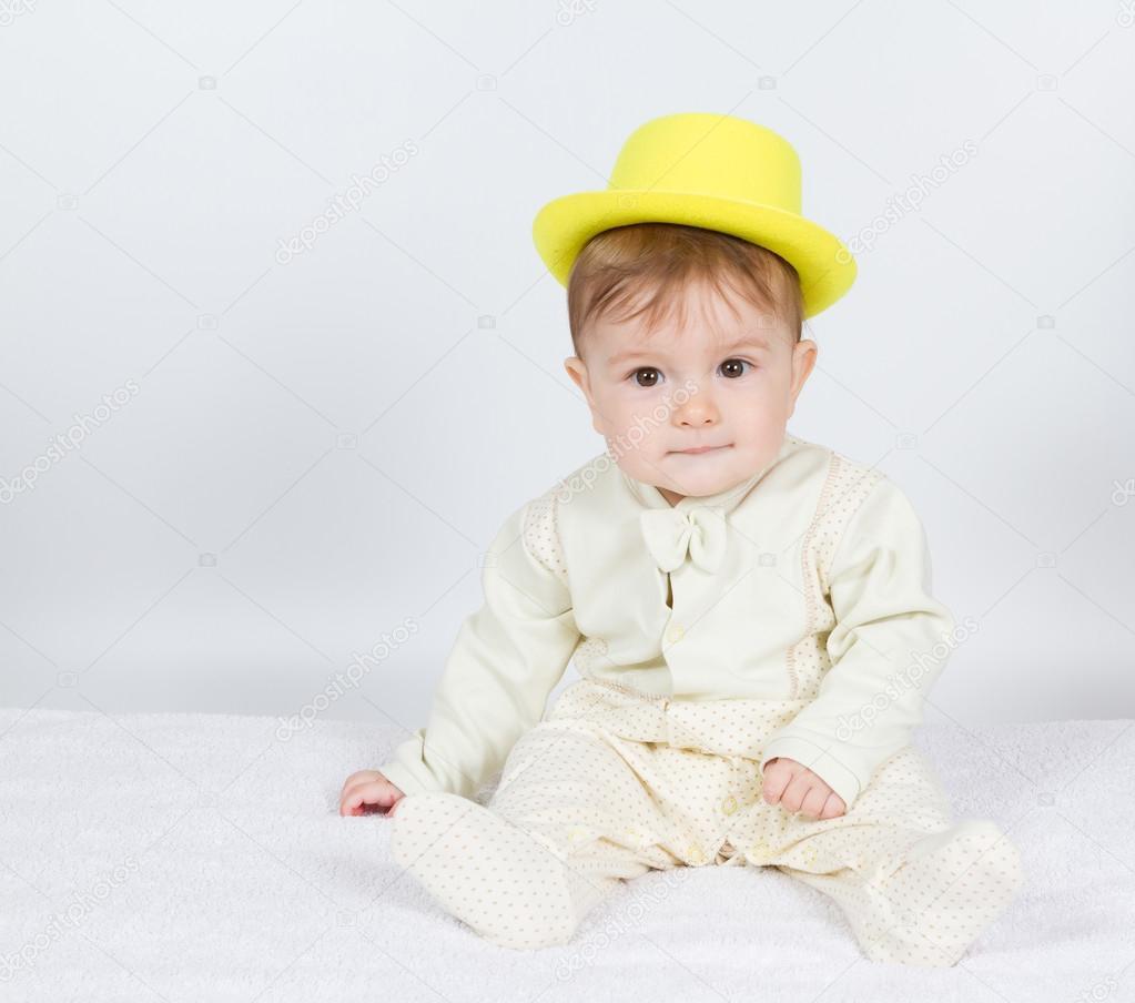 Bambino con il cappello giallo si siede — Foto Stock © volkovslava ... 1a90a21940bc