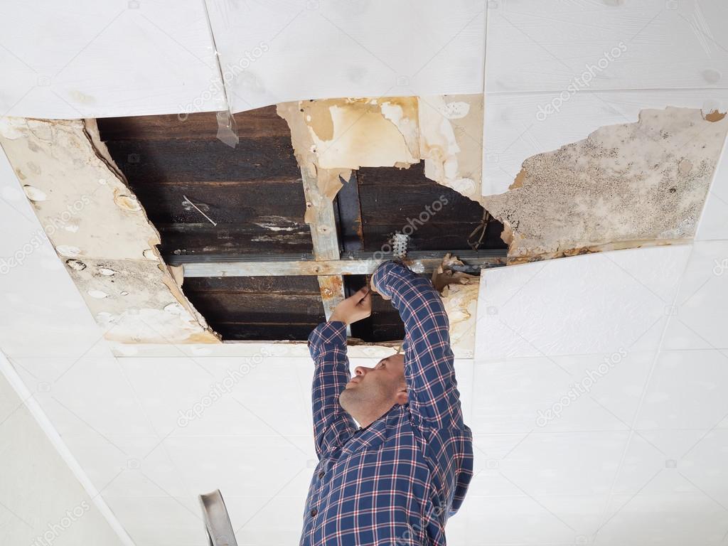 Réparer Un Plafond En Platre avec réparer l'homme s'est effondré au plafond — photographie volkovslava