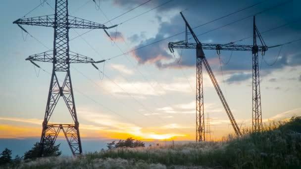 Time-Lapse. vysoké napětí post. Vysoké napětí věž na pozadí oblohy. Východ slunce, západ slunce.