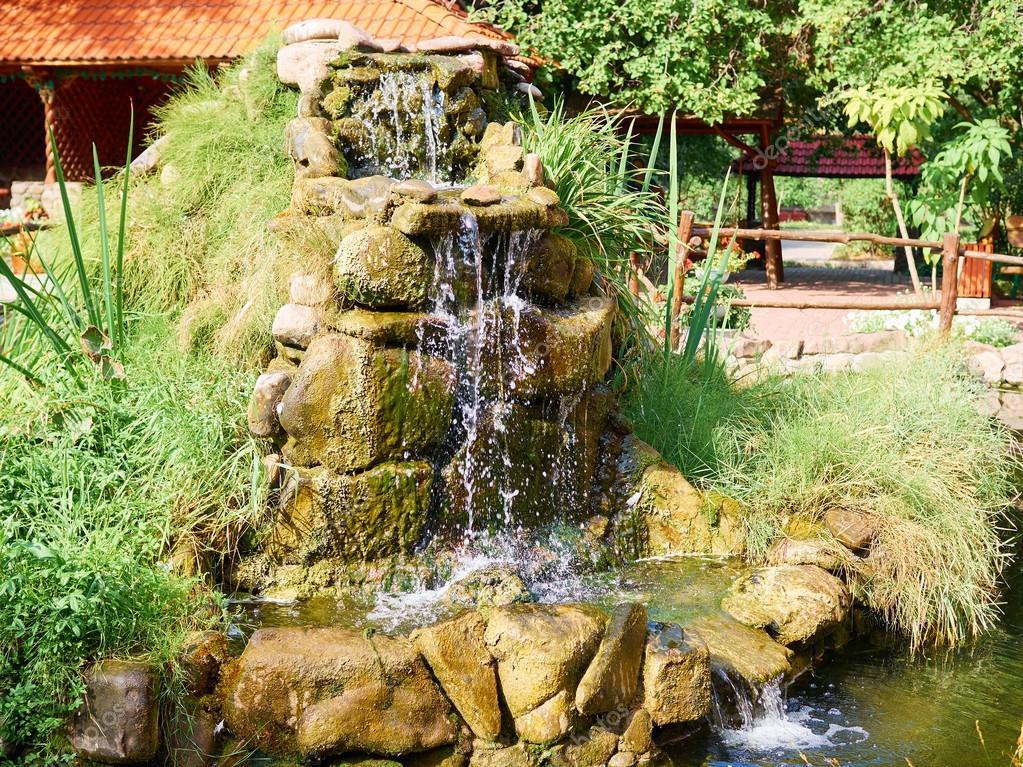 Waterval In Tuin : Kleine waterval in tuin stock foto afbeelding bestaande uit